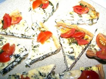 Киш със спанак, козе сирене и салса от чери домати