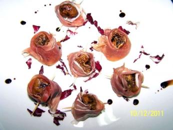 Сушени смокини, мариновани с мащерка, увити в прошуто